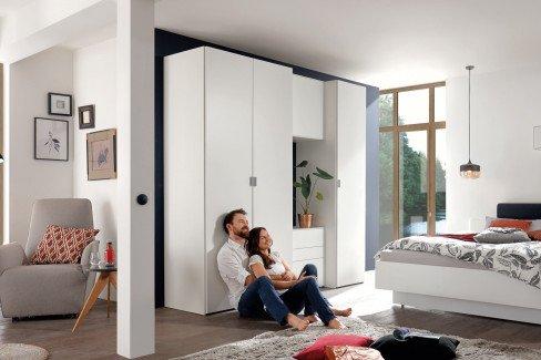 now! basic von Hülsta - Schlafzimmer weiß mit 3-türigem Schrank