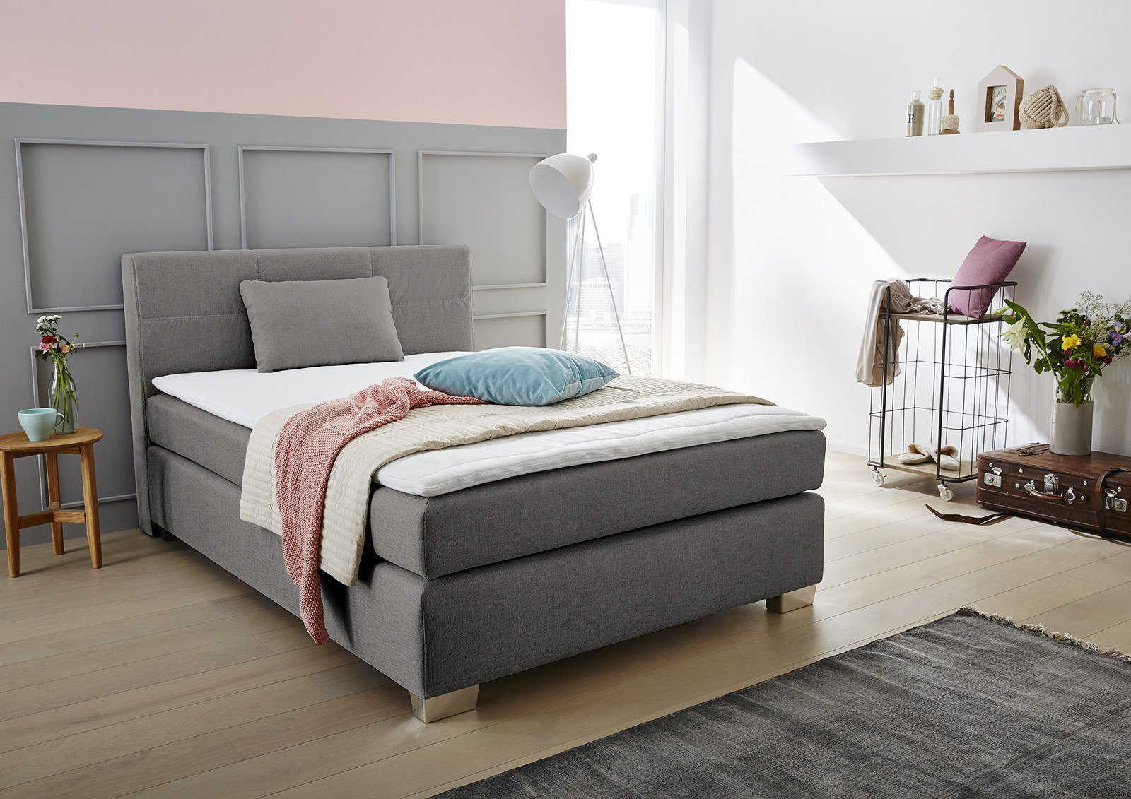jockenh fer boxspringbett modell evita ruthie in grau inklusive topper und zierkissen m bel. Black Bedroom Furniture Sets. Home Design Ideas