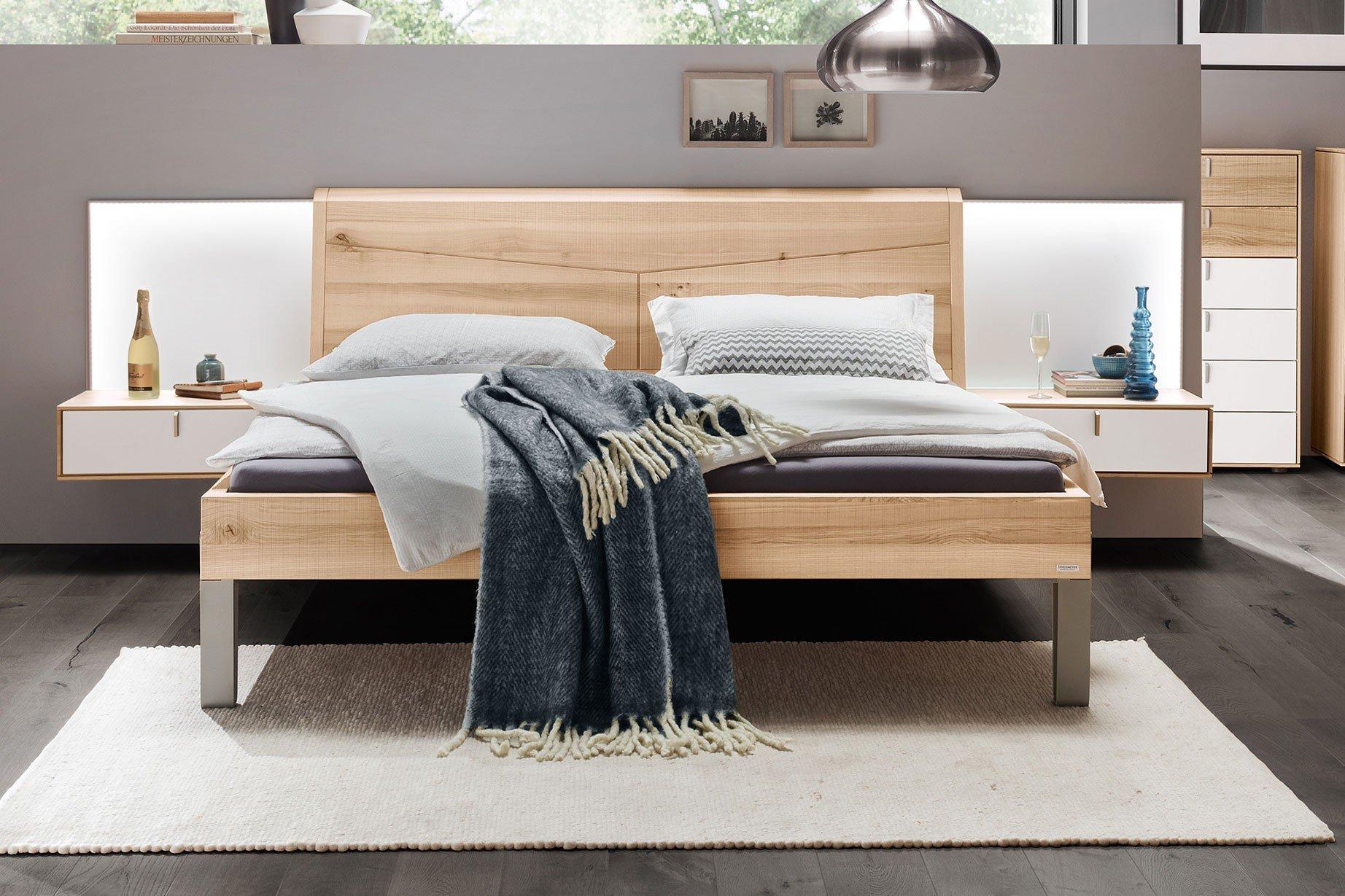 Meta von Thielemeyer - Bett mit Hänge-Nachtkonsolen + Paneelen
