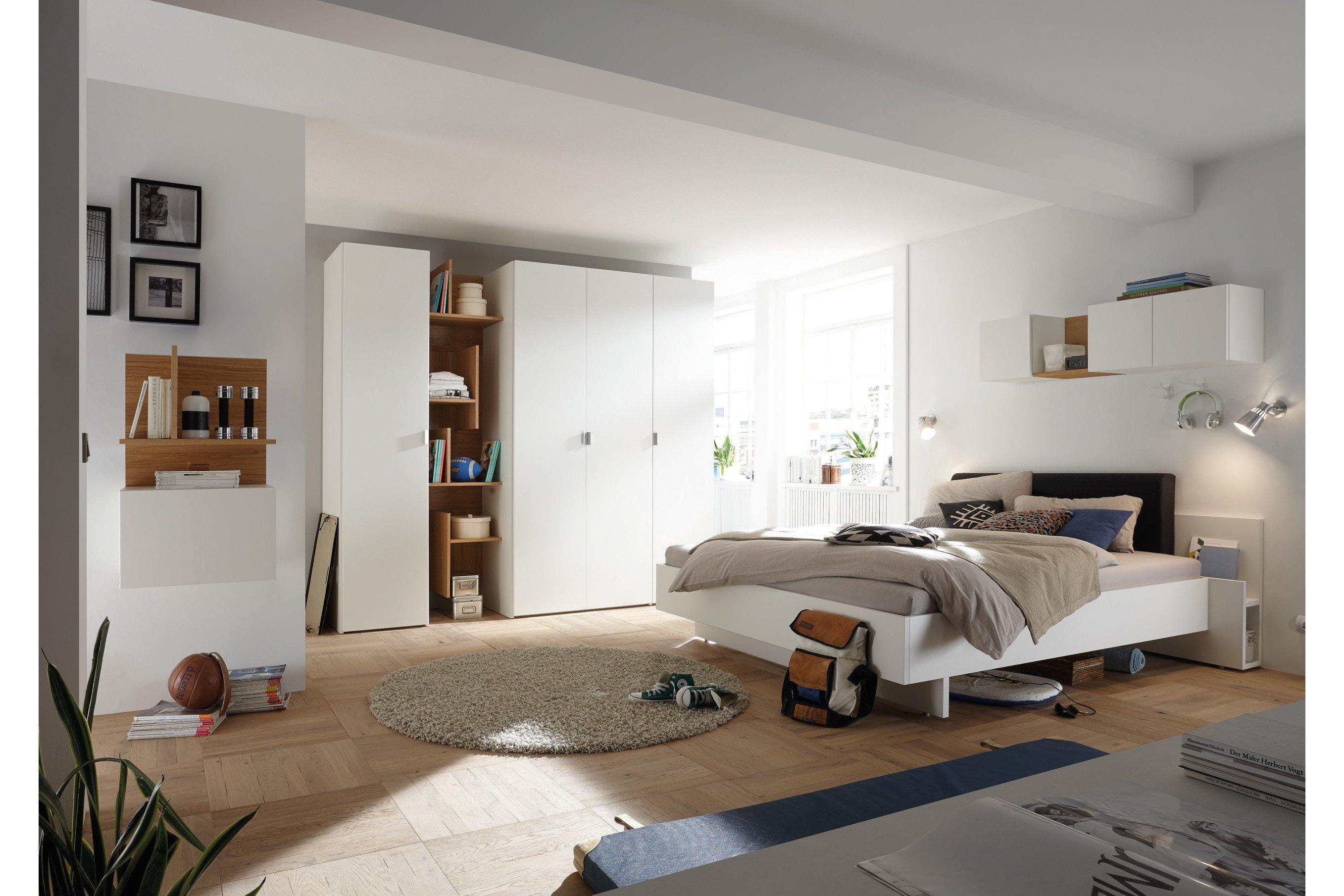 now! basic von Hülsta - weißes Schlafzimmer mit Eiche-Akzent